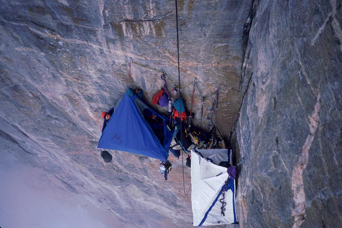 rock-climbing-women-pissing-sirtis
